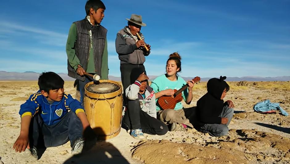 """El grupo musical improvisado hace una nueva versión de la canción """"Picky"""" de Joey Montana. (Captura Youtube)"""