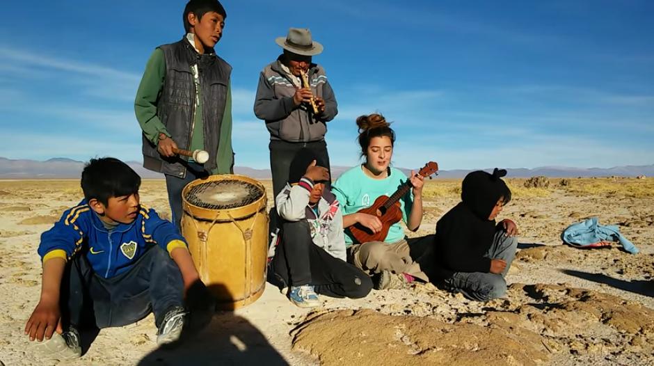 La chica, los niños y el hombre de la flauta le dan rienda suelta a la música. (Captura Youtube)