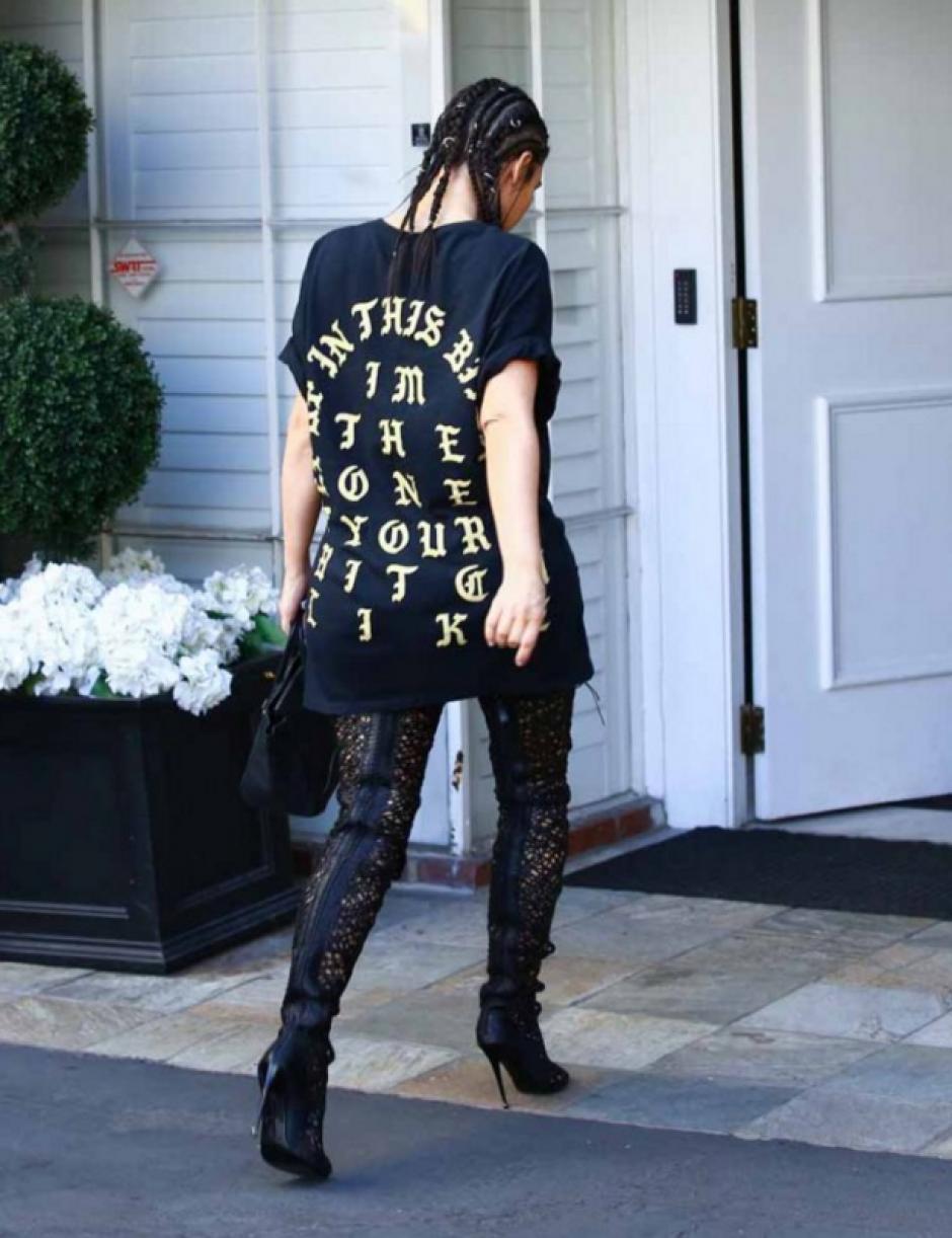 Las letras doradas en la espalda de la Kardashian no gustó a los críticos de moda. (Foto: En Femenino)