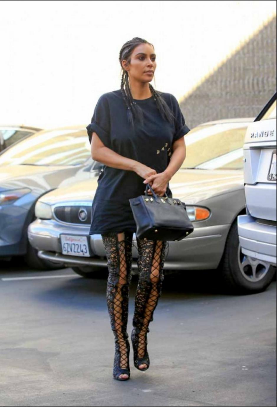 Otro de los elementos curiosos que vistió la celebridad fue una camiseta negra que le llegaba hasta las piernas. (Foto: En Femenino)