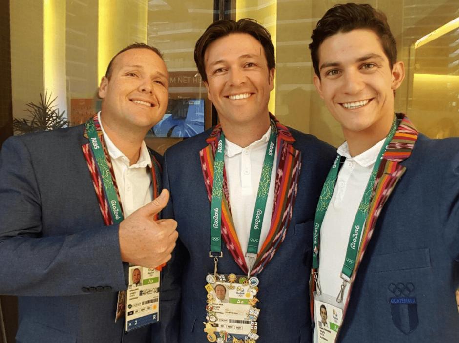 Los hermanos Brol y Charles Fernández lucen el traje con el que ingresarán al estadio Maracaná. (Foto: Charles Fernández)