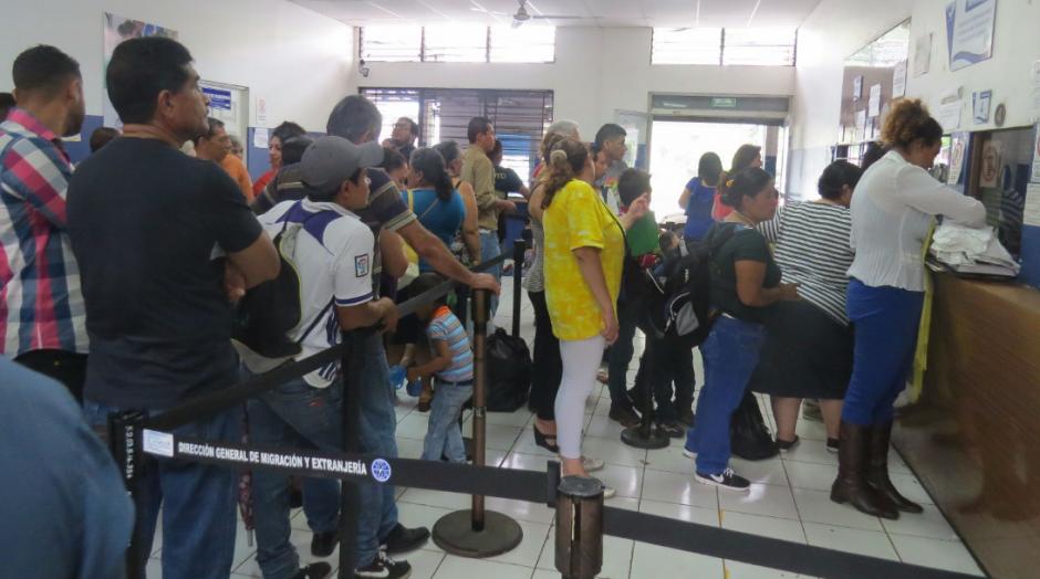 En las aduanas las colas son largas para hacer el trámite. (Foto: El Salvador.com)