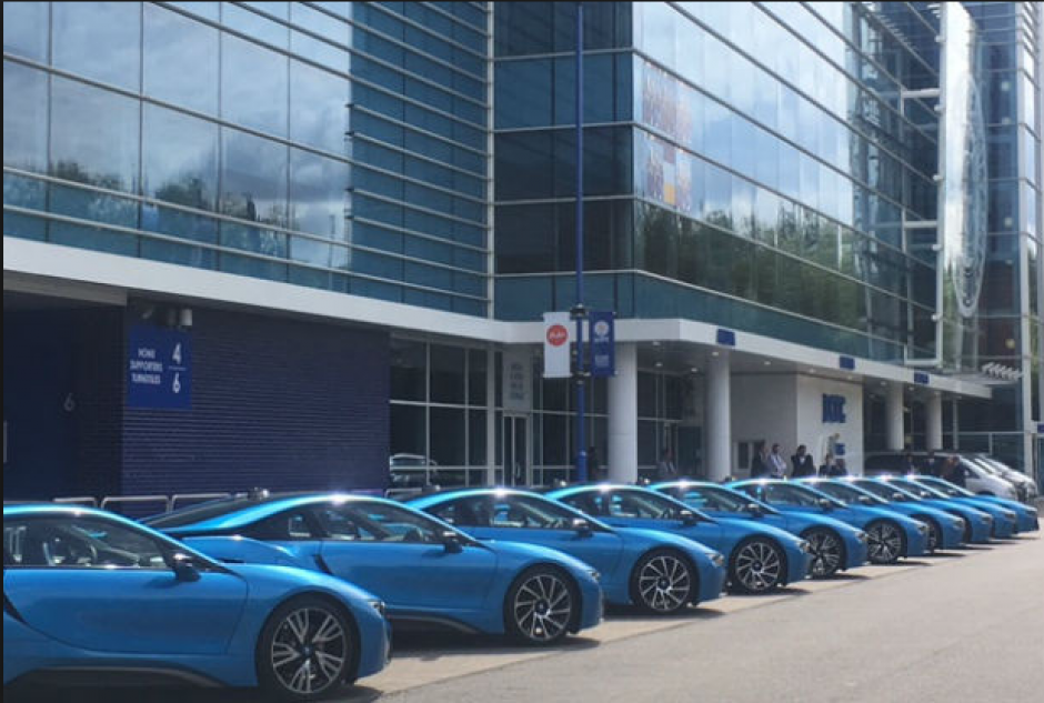 La fila de los nuevos BMW i8 de los jugadores del Leicester (Foto: Mirror.uk)