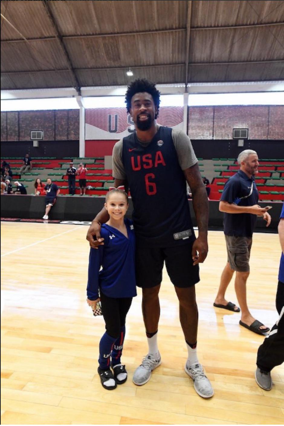 Jordan, de 2 metros 11, posa con Ragan Smith, de 1.37 (Twitter)