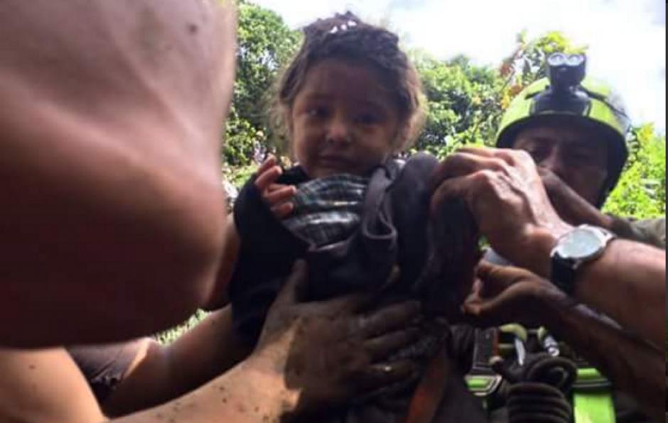 Lichita, es el nombre de la pequeña que se aferró a la vida durante 15 horas enterrada bajo el lodo y escombros. (Foto: Twitter/@PC_Huauchinango)