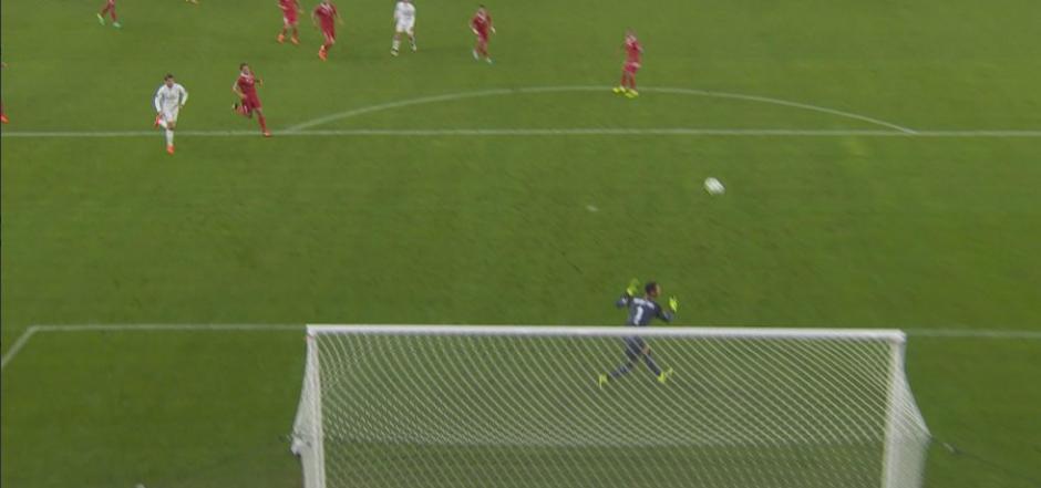 El portero del Sevilla no hizo más que ver la pelota. (Foto: BeInSports España)