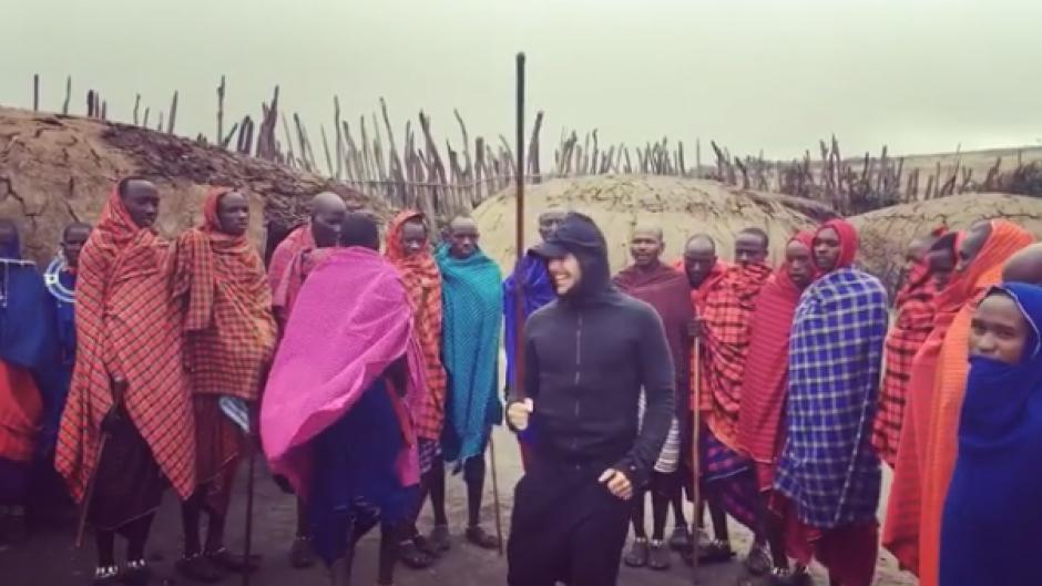 El artista toma una vara para participar en el baile tribal en Tanzania. (Foto: Instagram Ricky Martin)