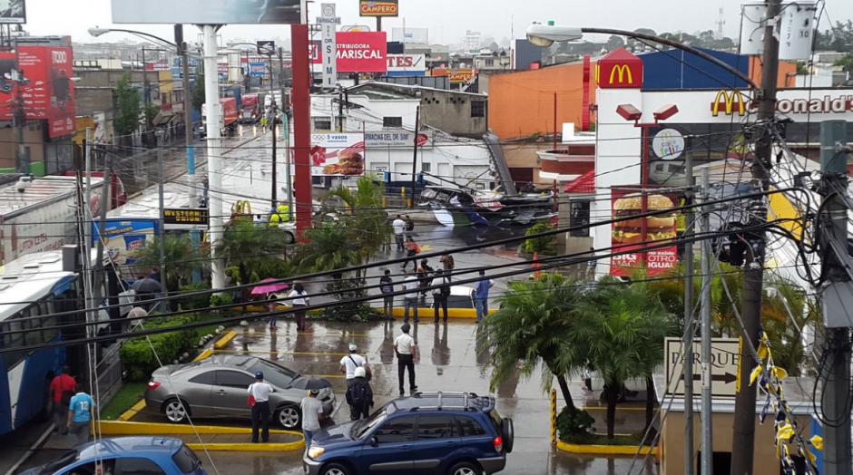 Una valla gigante cayó por las lluvias. (Foto: Twitter/@DTransitoPNC)