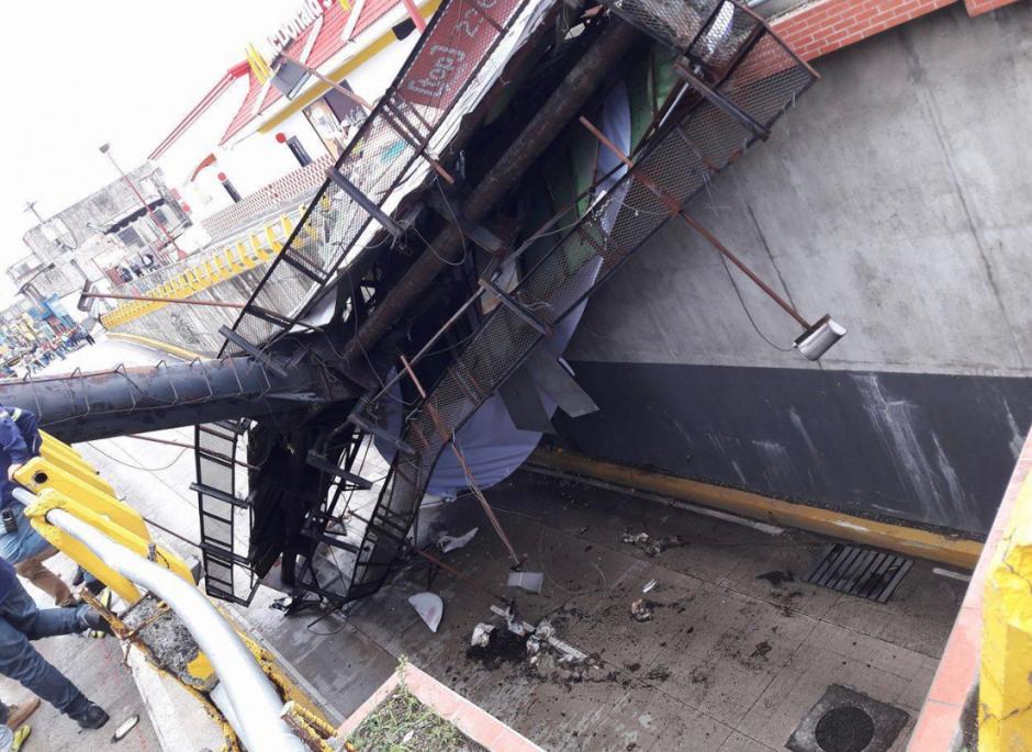La estructura cayó sobre el paso a desnivel. (Foto: Facebook/WalloAlvarez)