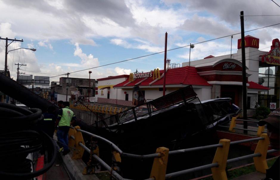 El tráfico se ve complicado por los trabajos para removerla. (Foto: Facebook/WalloAlvarez)