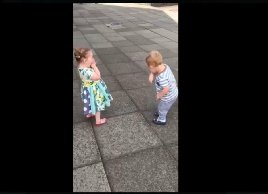 Los niños se besan y su reacción es increíble. (Foto: Captura Facebook/Pretty 52)