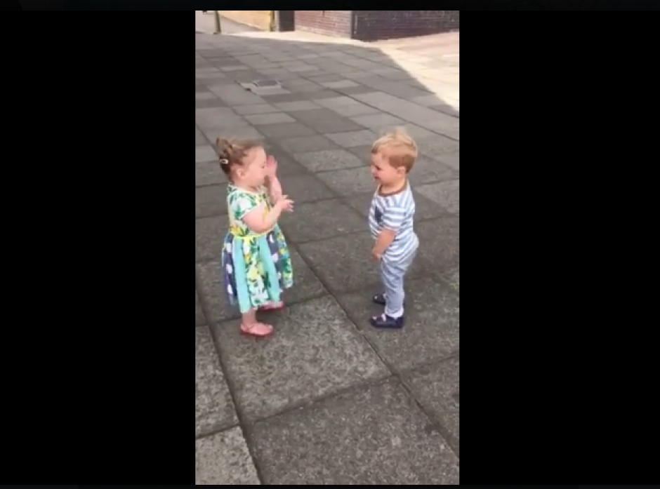 Los niños no dejan de reír y besarse. (Foto: Captura Facebook/Pretty 52)