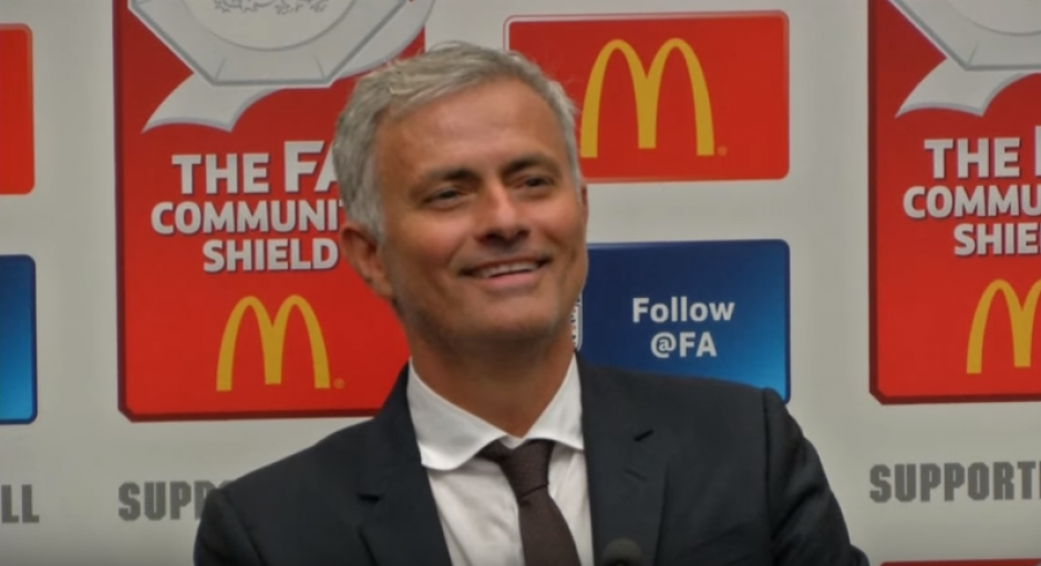 Mourinho interrumpió su conferencia para burlarse de un periodista. (Imagen; captura de YouTube)