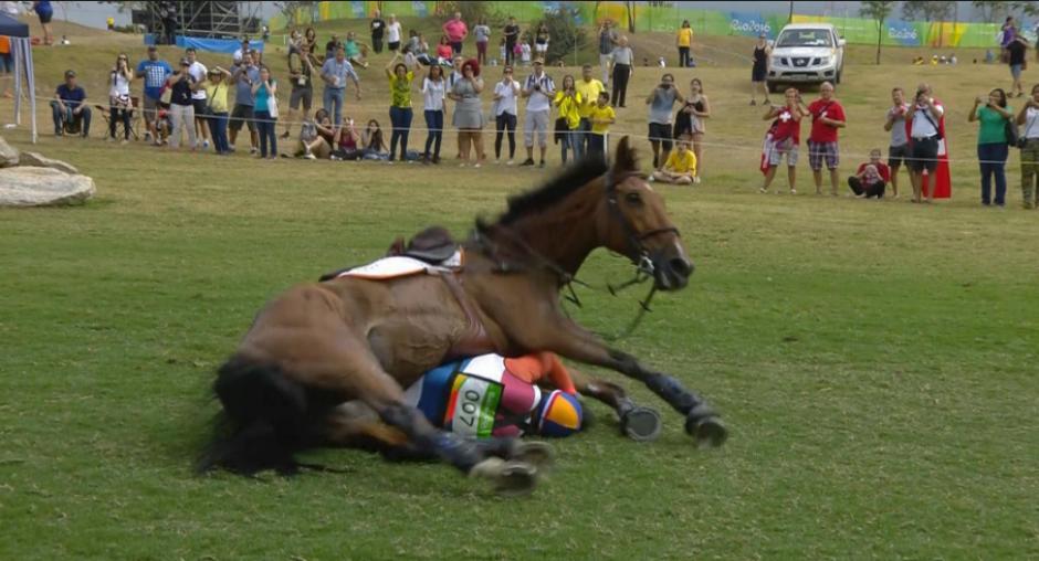 Así cayó el caballo Zindane sobre Van de Vendel. (Foto: NOS.nl)