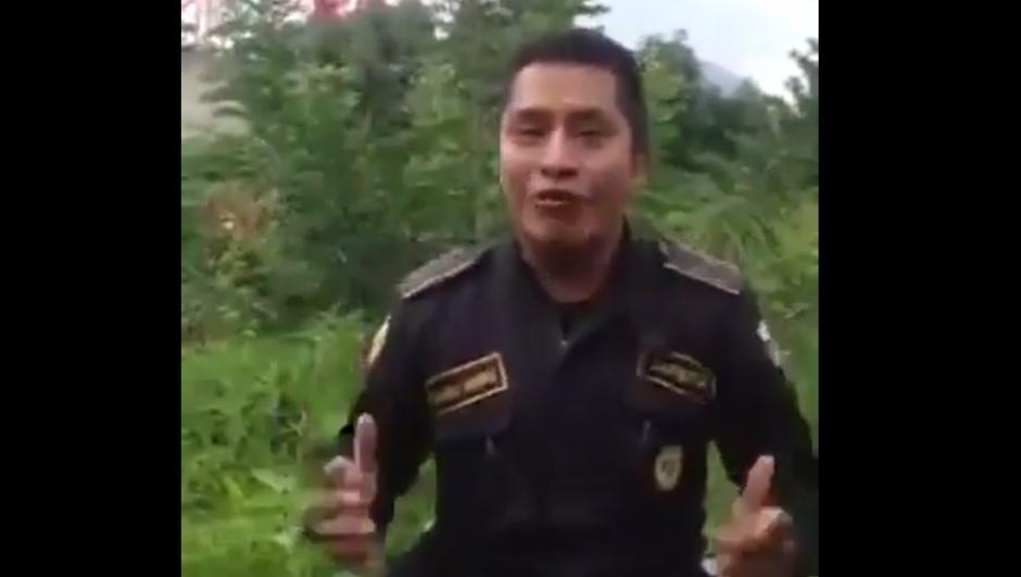 El agente de la Policía Nacional Civil se hizo viral. (Foto: Captura de Facebook)