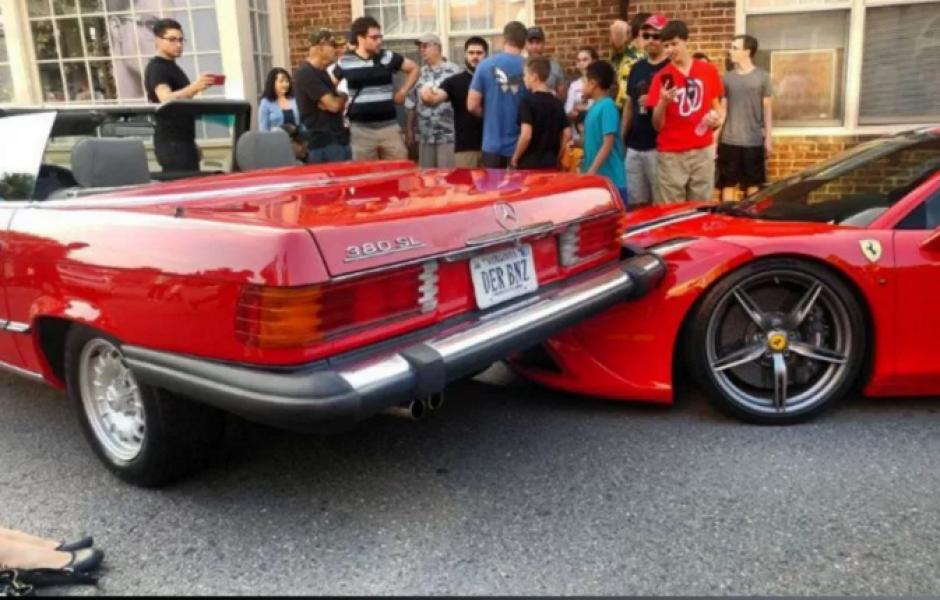 El auto quedó empotrado sobre el Ferrari. (Imagen: Captura de pantalla)