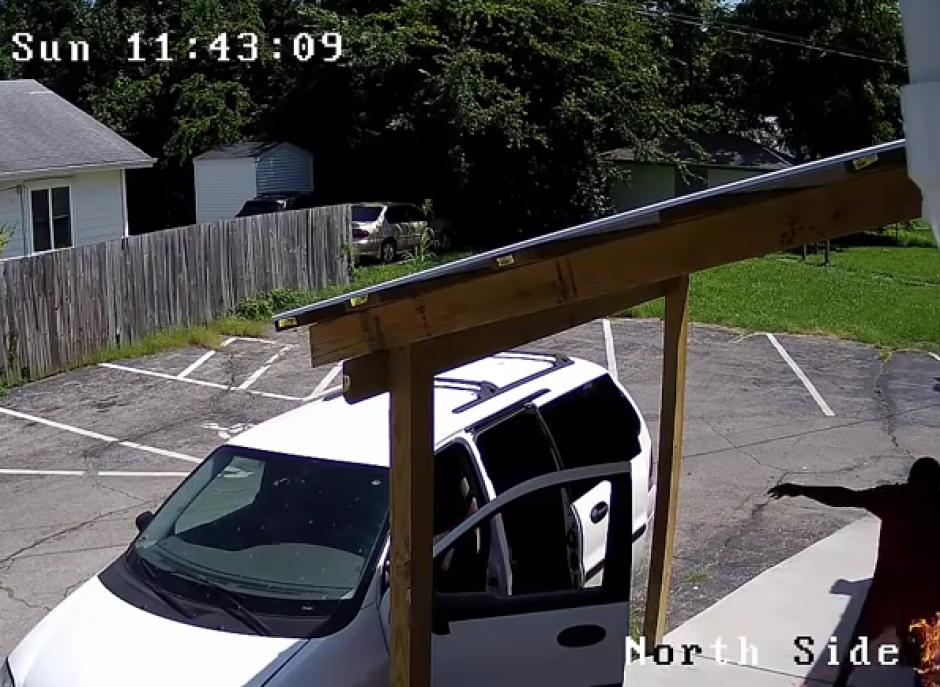 El muchacho iba acompañado por una mujer en un auto blanco. (Imagen: YouTube)