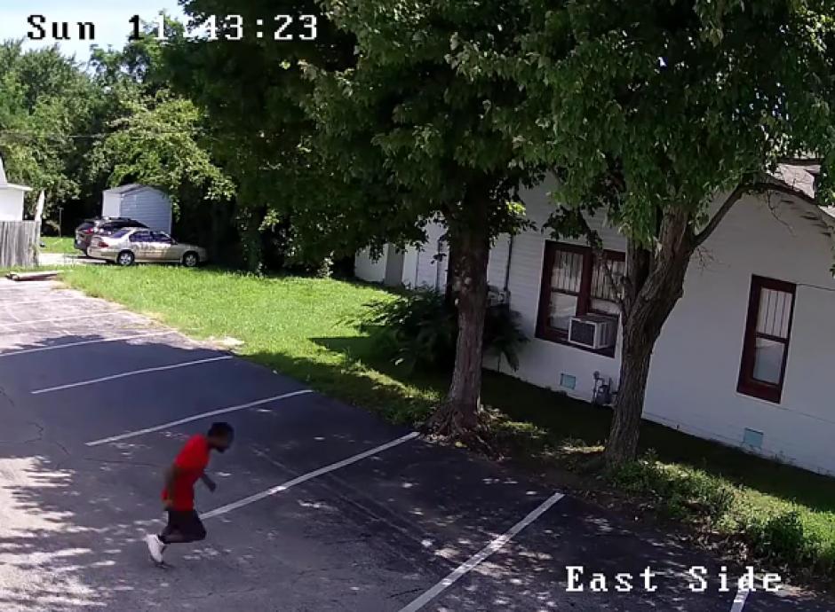 El sujeto corrió para apagar el juego que tenía en la pierna. (Imagen: YouTube)