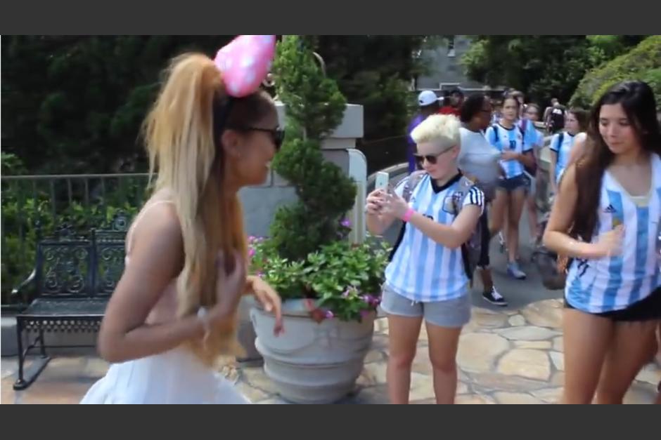 Los visitantes tomaron varias fotografías de la chica que caminaba por el centro de atracciones. (Captura YouTube)