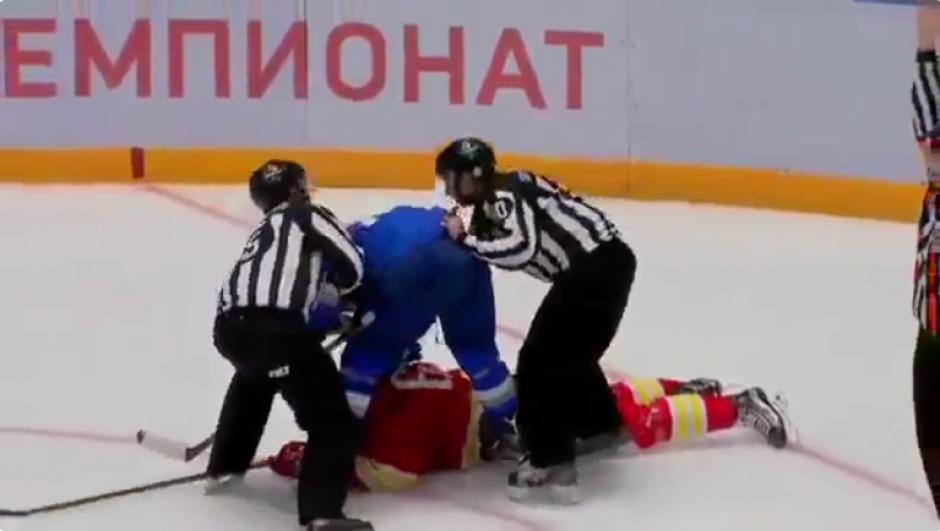 El descontrolado jugador deja tirada a su primera víctima y se envalentona para agredir a otros rivales. (Captura YouTube)