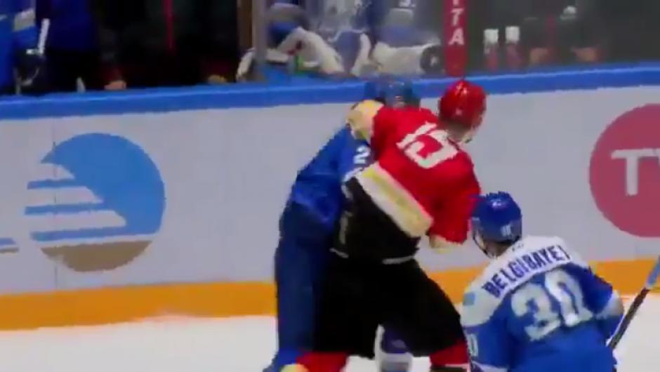 El agresor parece haber confundido la pista de hielo con un cuadrilátero de boxeo. (Captura YouTube)