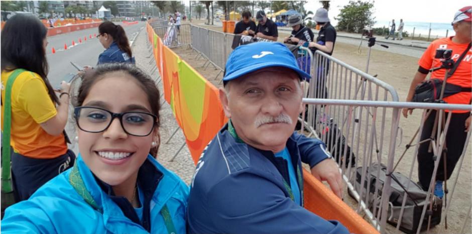 La gimnasta Ana Sofía Gómez, junto a su entrenador Adrián Boboc. (Foto: Twitter/@sofii_goomez)
