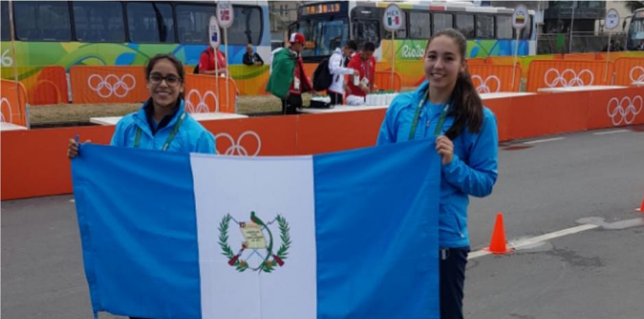 En la pista donde correrán los atletas se encuentra Ana Sofía Gómez y la nadadora Valeria Gruest. (Foto: Twitter/@sofii_goomez)