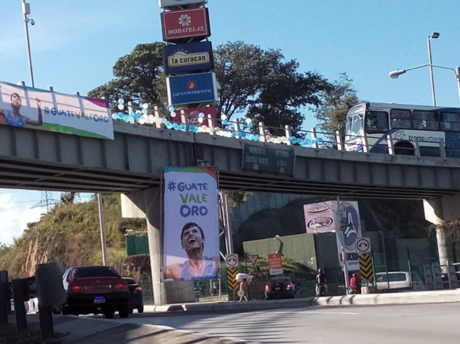 El paso a desnivel Erick Barrondo en la zona 18 tiene pancartas que apoyan al atleta.. (Foto: Twitter/@TalentoChapin)