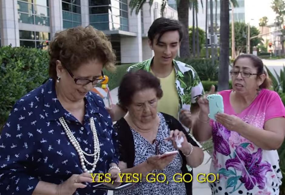 Las señoras salieron a la calle a atrapar pokémones. (Imagen: Captura de pantalla)