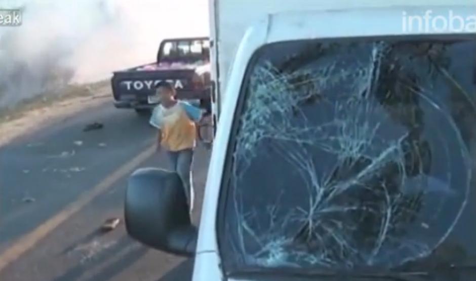 Así quedó el vehículo que atropelló al peatón. (Foto: Captura de video)
