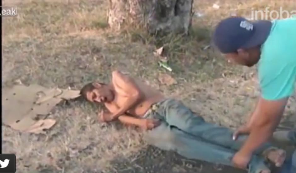 El hombre fue jalado sin ninguna compasión, pese a estar herido. (Foto: Captura de video)