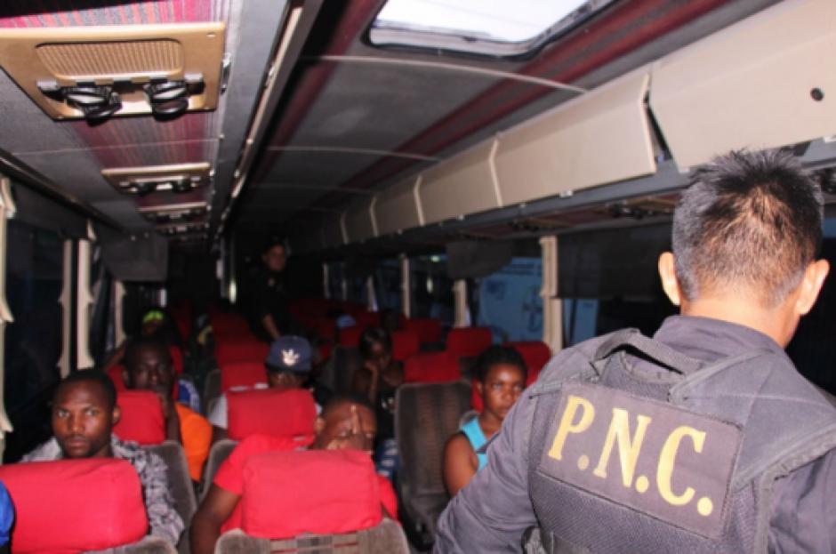 El vehículo fue interceptado por las fuerzas de seguridad en el kilómetro 54 de la ruta al Pacífico guatemalteco. (Foto: PNC)