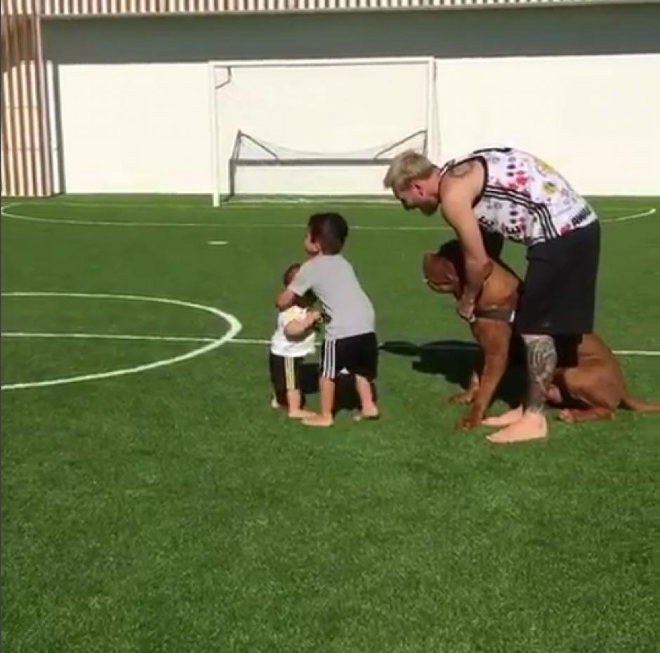 No podía ser de otra forma: caminó en un campo de fútbol. (Foto: Instagram)