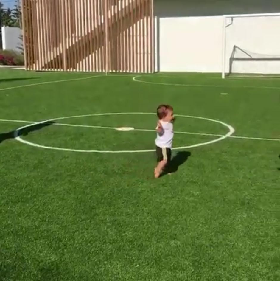 El bebé de menos de un año caminó hacia su papá, Leo Messi. (Foto: Instagram)