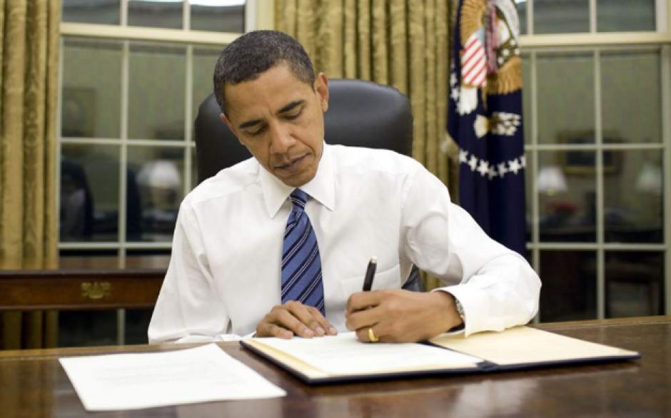 El Presidente de Estados Unidos, Barack Obama, firma sus órdenes con la mano izquierda. (Foto: La Prensa)