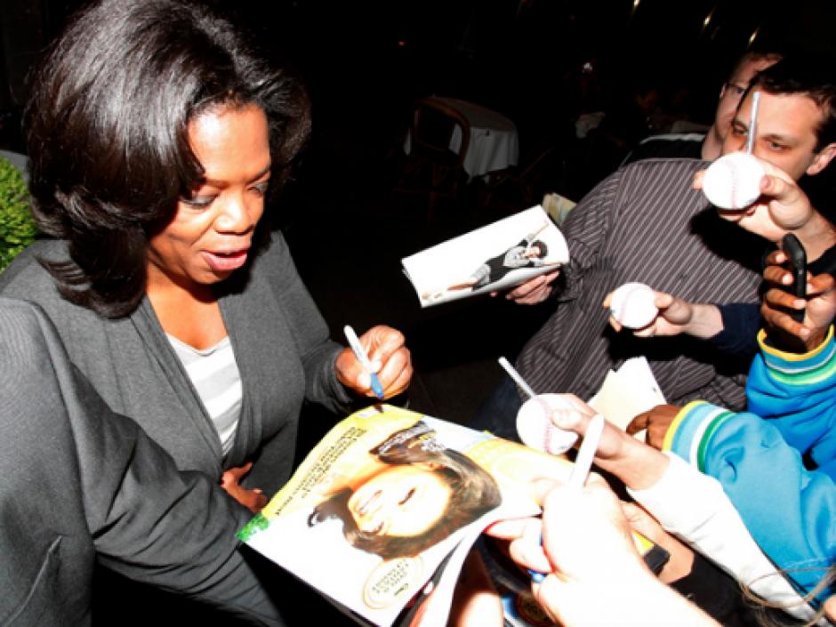 Otra de las famosas que posee mayor habilidad en la mano izquierda es la productora, empresaria y presentadora Oprah Winfrey. (Foto: Zurda Magazine)