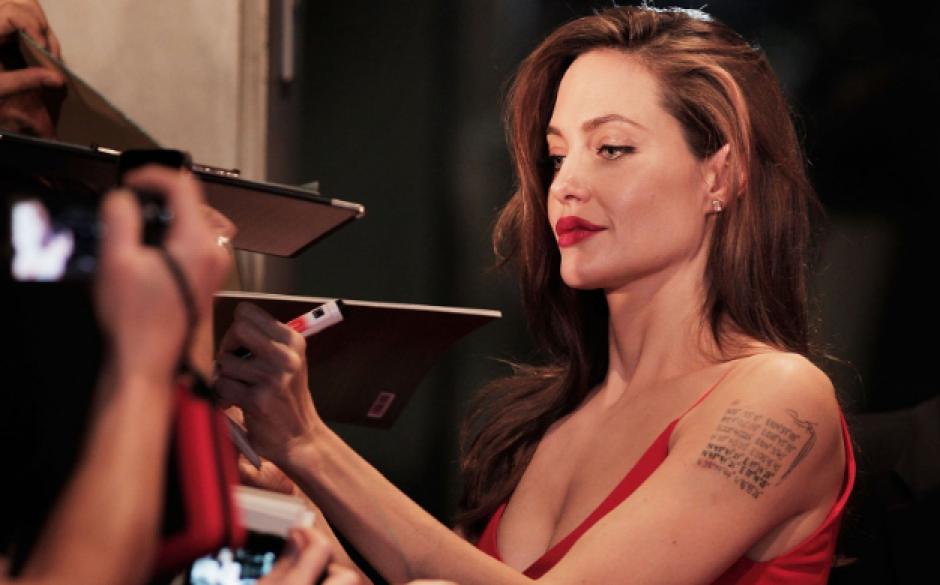 La actriz Angelina Jolie también acostumbra a firmar autógrafos con la mano izquierda. (Foto: Parade/Getty Images)