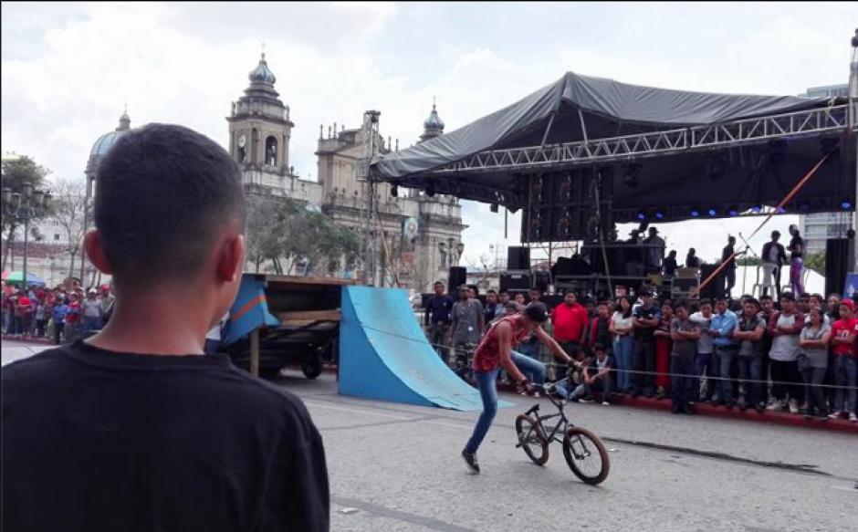 Decenas de jóvenes llegaron a observar y a participar en la actividad. (Foto: Marcia Zavala/Soy502)
