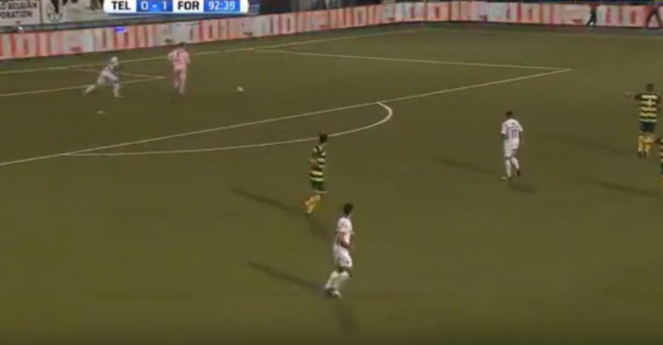 El arquero no se percató que un delantero rival estaba detrás de él. (Imagen: YouTube)