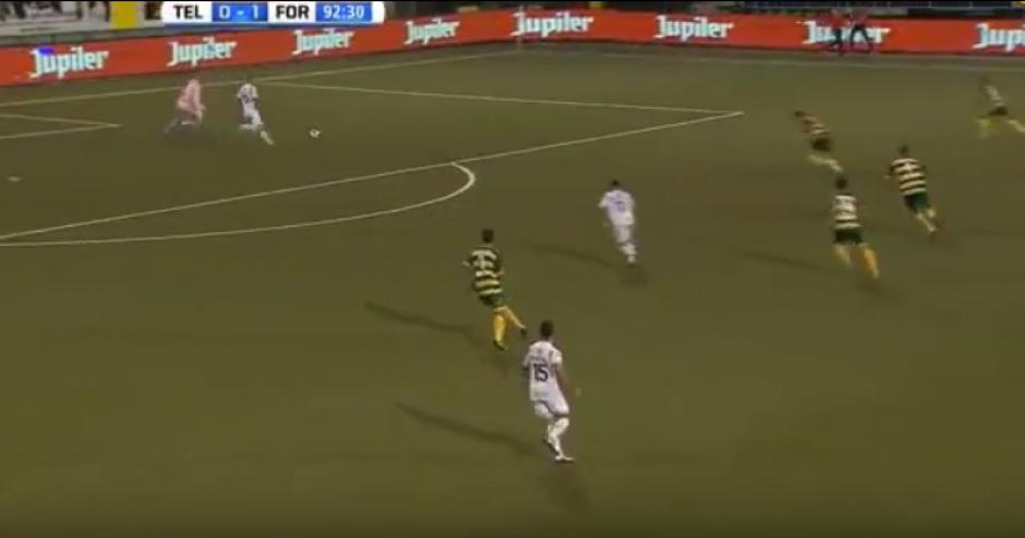 Tenía la pelota en las manos y se las arregló para perderla y recibir un gol. (Imagen: YouTube)