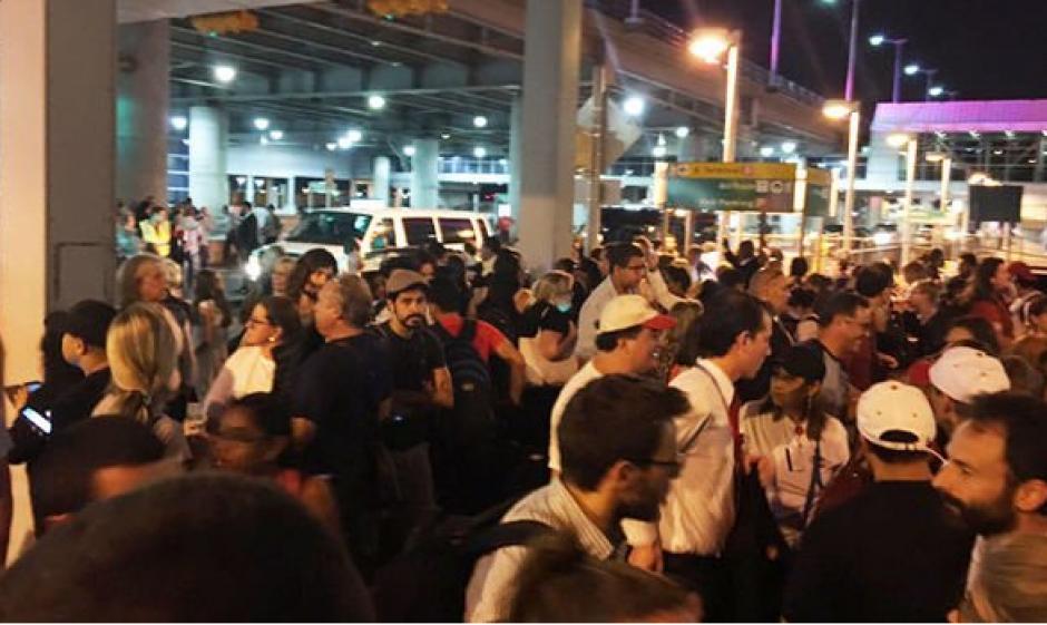 Los supuestos disparos llevaron a la movilización de un fuerte dispositivo de seguridad en la terminal. (Foto: Twitter/@AmichaiStein1)
