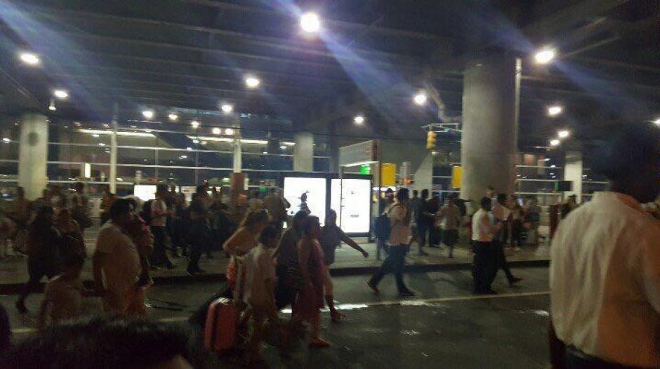 La terminal número 8 fue evacuada por las autoridades estadounidenses. (Foto: Twitter/@AmichaiStein1)