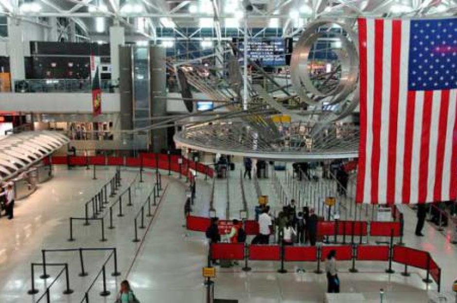 Todos los vuelos que iban hacia el aeropuerto fueron desviados por precaución. (Foto: El Financiero)