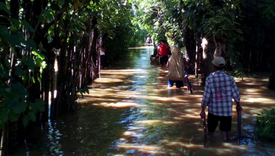 Las lluvias registradas durante las últimas 48 horas han provocado el desbordamiento del Río Polochic. (Foto: Conred)