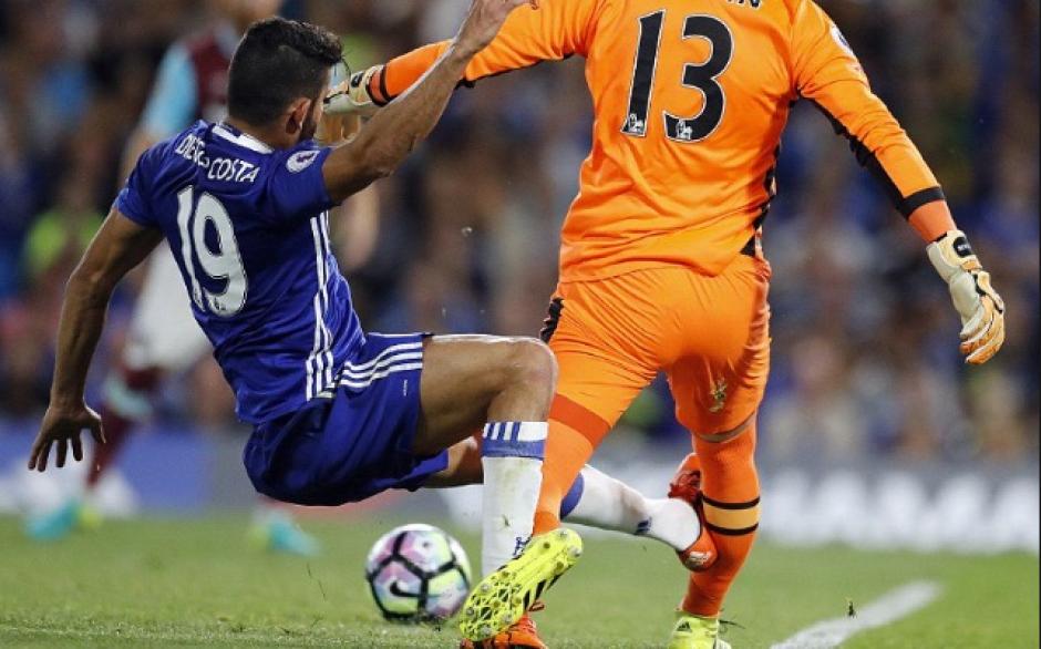 Así entró Diego Costa sobre Adrián San Miguel. (Foto: The Guardian)