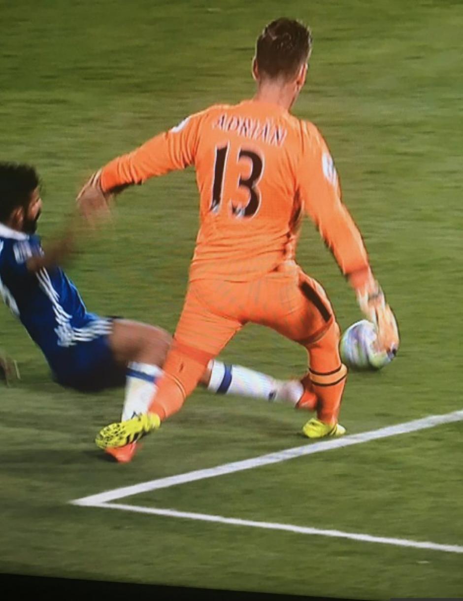 El delantero no recibió ni amarilla por la falta. (Foto: YouTube)