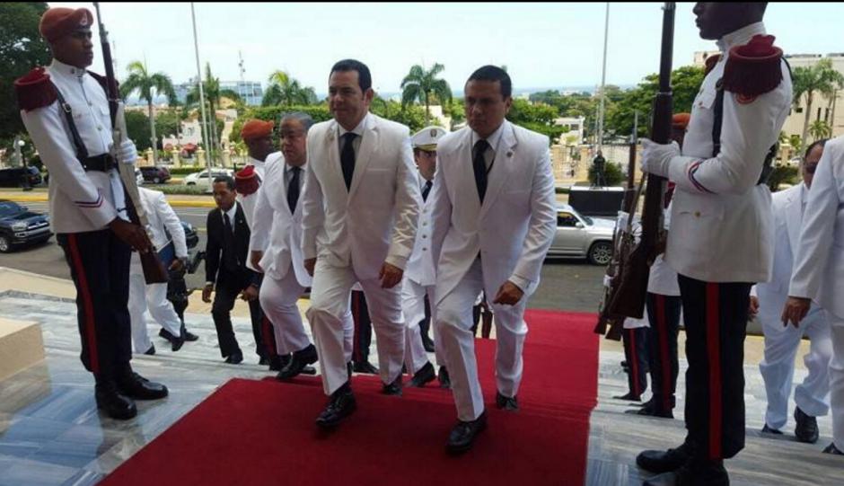 Jimmy Morales junto al canciller, Carlos Raúl Morales, a su ingreso a la ceremonia. (Foto: AGN)
