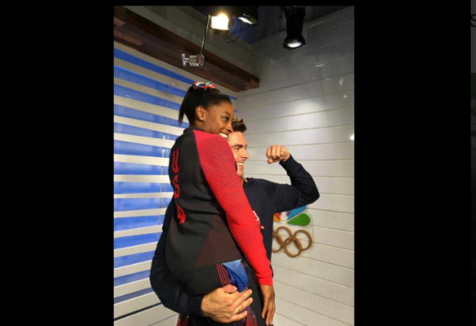 Zac Efron también cargó a Simone. (Foto: Twitter/@Simone_Biles/@ZacEfron)