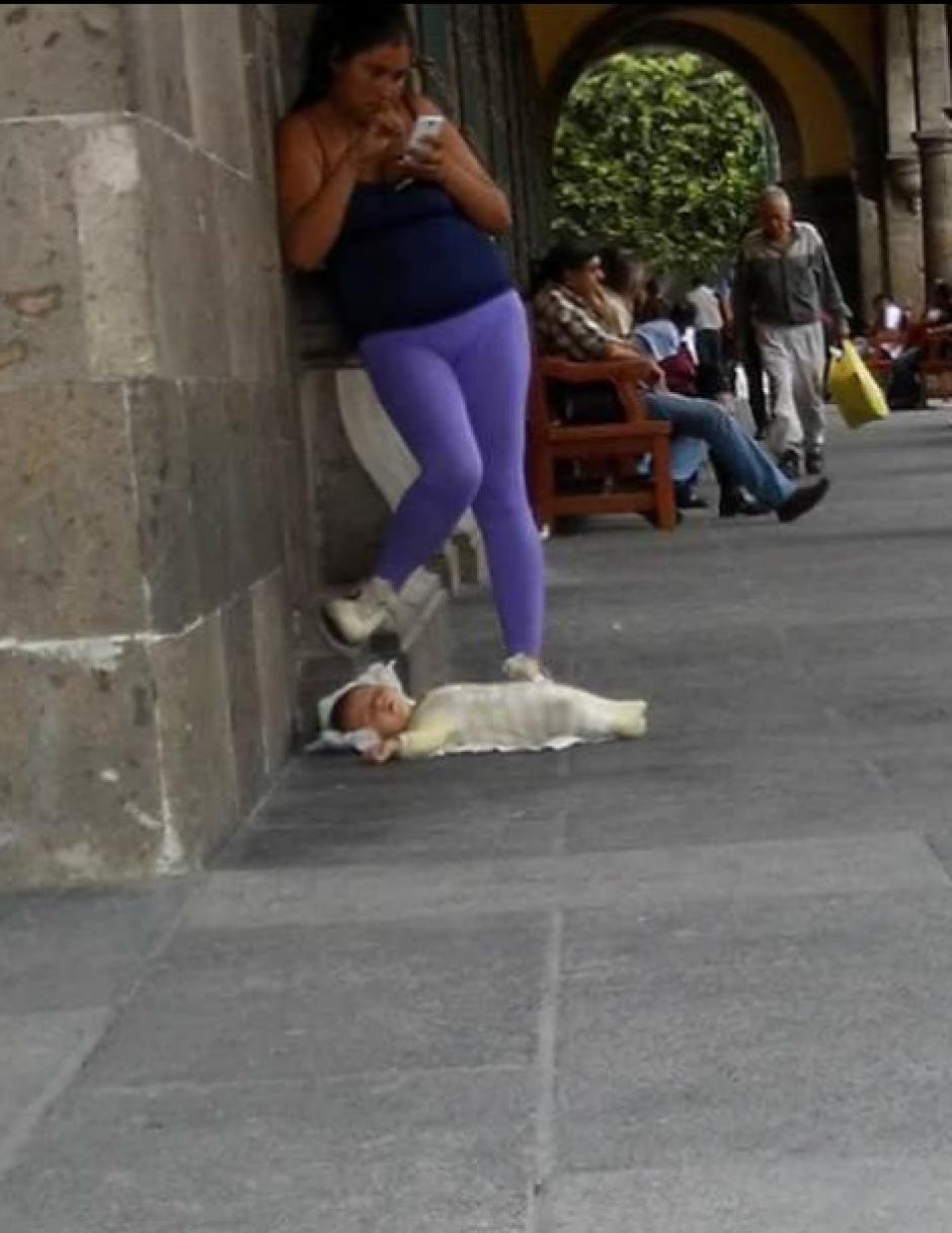 La mujer deja a su bebé en el suelo para usar el WiFi gratuito del lugar. (Foto: La voz de Michoacan)
