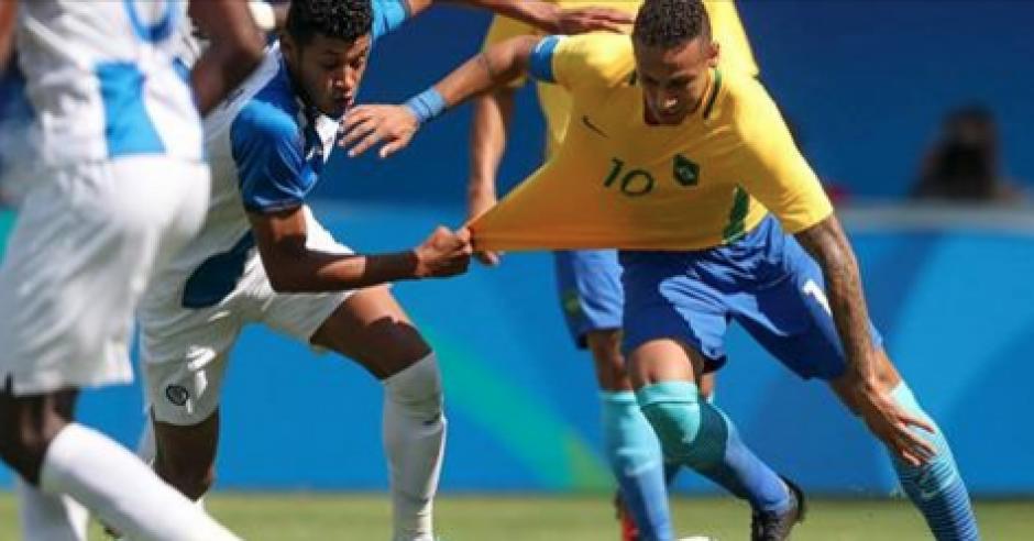 Los zagueros cactrachos no pudieron contra Neymar y la delantera brasileña. (Foto: Diez)